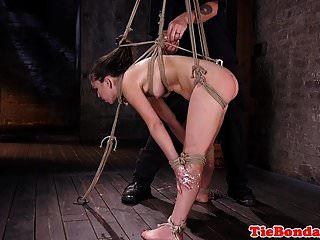BDSM restringido como maledom tira el pelo del coño