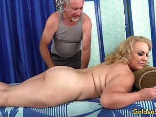 mayor verano rubio tiene su cuerpo y genitales masajes