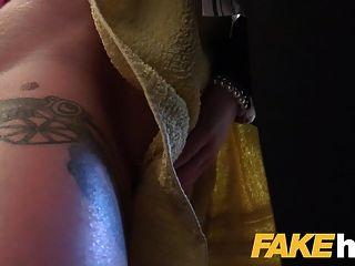 Agente femenino pelirroja tetona caliente seducida en la ducha y follada