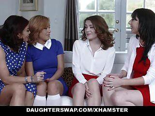 dos madres calientes comparten sus hijas adolescentes bi