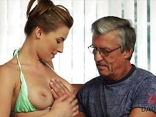 papi4k. Sexo con el padre de su novio después de la piscina.