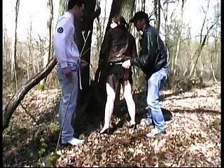 follada por extraños en un bosque