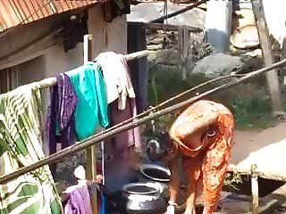 pueblo bhabhi bañándose al aire libre