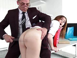 Nena maestra y complicada toma posición de perro para ser castigada