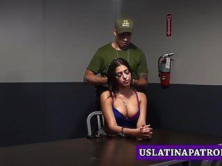 la inmigrante tetona sophia leone hace cualquier cosa para evitar la cárcel