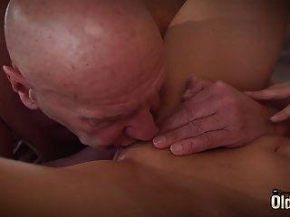 Sugar Daddy se folla a su primera adolescente, ella es tan sexual y quiere.