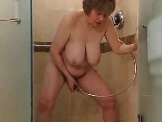 Mira a este gilf bajarse en la ducha
