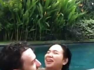 cogida indonesia en la piscina durante la vida