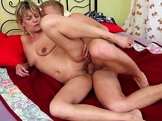 abuelita rubia sexy es follada por chico joven