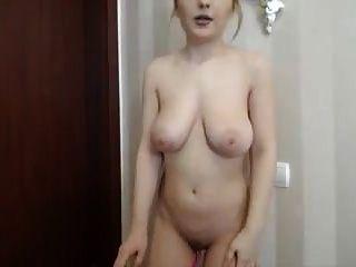 Chica sexy de grandes tetas masturbándose en su webcam