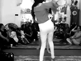 chica iraní bailando sin bragas