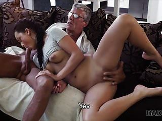 papi4k. Papá se folla a tu novia mientras juegas