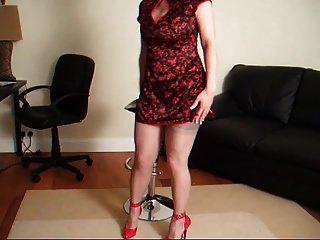 lady lucy en un vestido rojo