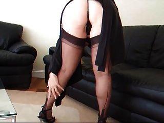 lady lucy en un liguero negro y medias