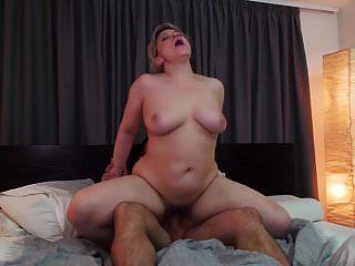 Mamá peluda real seducida por un hijo afortunado y sucio