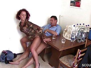 desconocido seduce a la pelirroja alemana MILF a follar por poca ayuda