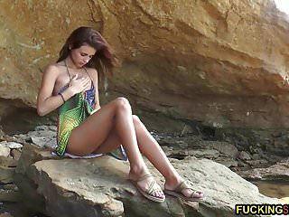 hermosa adolescente flaca masturbándose en la playa