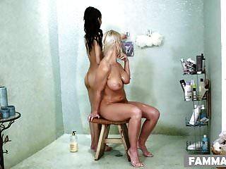 La madrastra visita el spa de masajes.