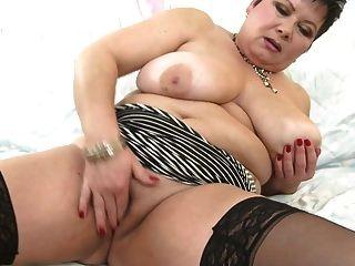 mamá madura caliente con enormes tetas y vagina hambrienta