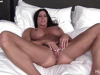 culturista femenina desnuda juega con su gran clítoris y labios vaginales