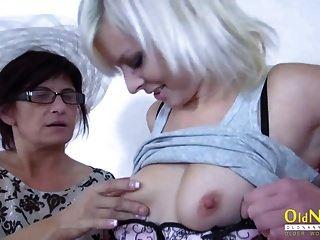 oldnanny mature juega con una amiga lesbiana