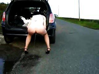 esposa hace pis en el carro