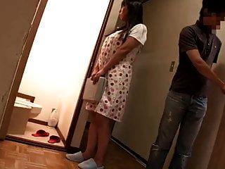 La frustración madre seduce al tutor privado de su hija