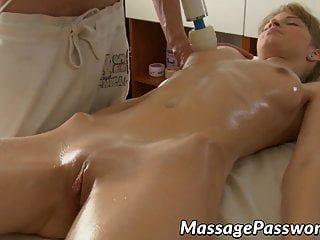 Linda dama engrasada y coño golpeado por su masajista colgado