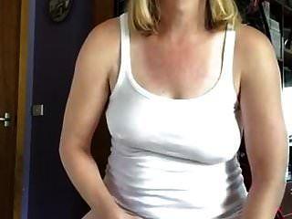 orinando y vertiéndolo sobre mi top haciendo una camiseta mojada