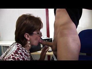 Dama con clase servicios joven mecánico