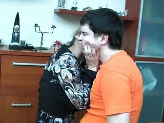 rusa madura shenythia atrapado chico masturbándose