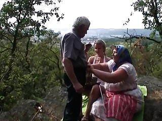 El abuelo tiene permitido follar a la joven rubia de su esposa