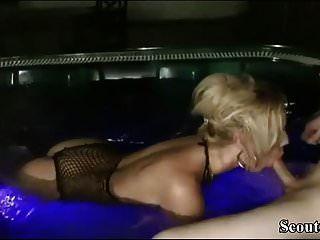 MILF alemana seducir a un chico joven para follar en el hidromasaje