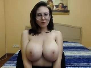 hermosa chica con grandes tetas firmes