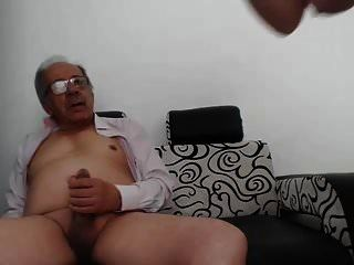 Una joven se masturba a un anciano y se termina.