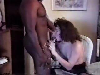 Invitaron al chico negro a casa para follar a su esposa.