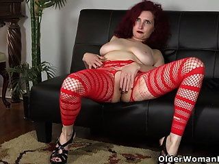 American MILF Zinnia Blue se ve caliente en un cuerpo de red rojo