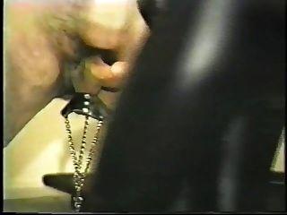 esclavo toma una polla para azotar