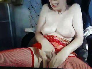 MILF muy cachonda y fea con bonitas tetas masturbándose en cámara