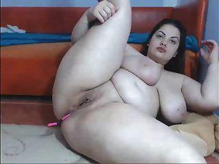 Nena tetona mostrando su buen cuerpo