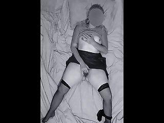 Llegó a casa tarde una noche atrapada masturbándose a orga