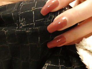 rasguño del pantalón y tirones (uñas rojas)
