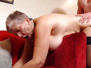 Chico teniendo sexo con la abuela británica tetona