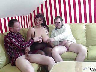Madre alemana enseña a su hijastro y amigo a follar en 3some