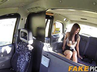 Milf taxi lesbiana es caliente y cachonda para un delicioso coño