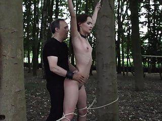 mordaza en la boca para adolescente sumiso ser azotado y bondage
