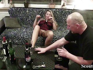 Vecino seduce a milf alemana para follar con cata de vinos