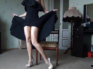 Dama caliente en vestido negro mostrando piernas y coño