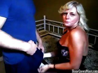 sexy esposa rubia tetona ordeñando una gran polla