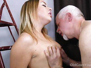 El viejo va, jovencito, monta una vieja polla hasta el orgasmo mutuo.